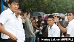Выпускники школ после сдачи ЕНТ. Алматы, 3 июня 2013 года.