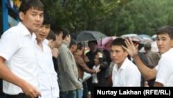 Выпускники школ после сдачи Единого национального тестирования. Алматы, 3 июня 2013 года.