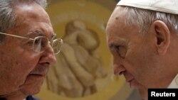 Рауль Кастро (слева) и Папа Римский Франциск во время встречи в Ватикане в мае 2015 года.