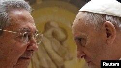 Papa Françesk dhe presidenti Castro gjatë një takimi të mëparshëm