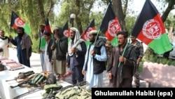 """""""Талибандын"""" куралын таштаган мурдагы мүчөлөрү элдешүү жөрөлгөсү учурунда. Жалалабад шаары, 23-август, 2017-жыл."""