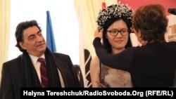 Чотириразова чемпіонка світу з шахів Хоу Іфань і представник ФІДЕ Георгіос Макропулос, Львів, 17 березня 2016 року