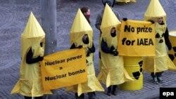 Присуждение в прошлом году награды МАГАТЭ и его председателю Мохаммеду аль-Барадею вызвало бурные протесты экологов