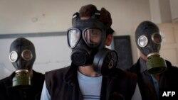 گروهی از داوطلبان در حال آموزش مردم در حلب، برای آمادهسازی آنها در صورت وقوع حملات شیمیایی، سپتامبر ۲۰۱۳