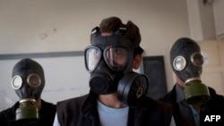 Волонтеры обучают школьников из города Алеппо пользоваться противогазами. 15 сентября