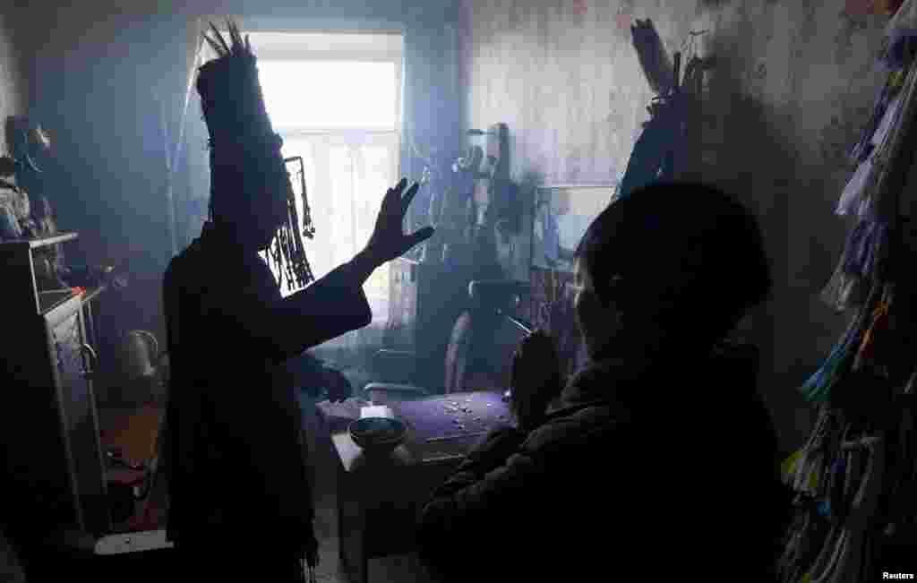 Обычные люди никогда не становятся шаманами по своей воле. Тувинцы считают, что эту судьбу избирает дух, который вселяется в человека. Именно этот дух в будущем помогаетсвязываться с миром мертвых.