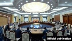 Сооронбай Жээнбеков проводит встречу сруководителями СМИ Кыргызстана.
