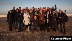 Туристы после посещения космодрома Байконур.
