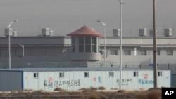 Один из лагерей перевоспитания в Синьцзяне с охранной вышкой и забором из колючей проволоки на западе Китая. Это один из растущих лагерей для интернированных в стране.