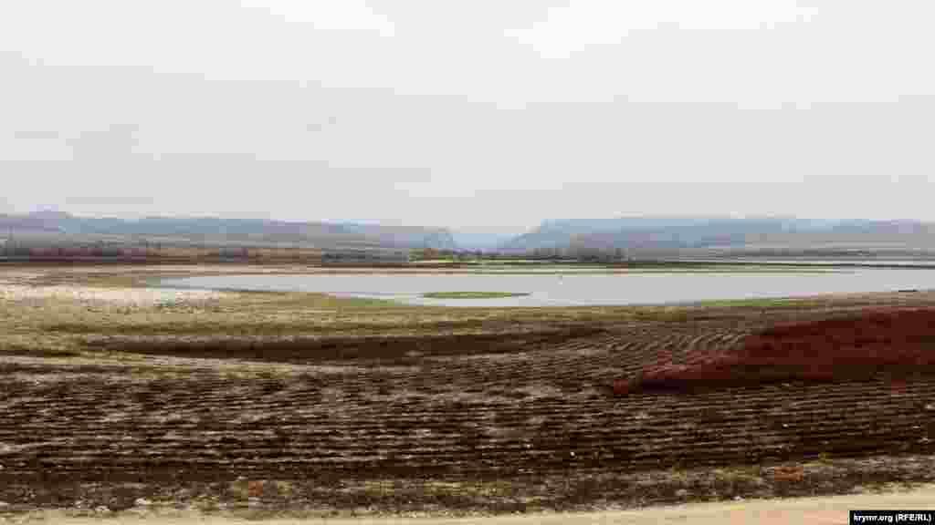 Так виглядає Бахчисарайське водоймище в грудні 2020 року. На горизонті можна розгледіти Бельбецьку долину