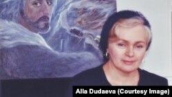 """Алла Дудаева на фоне своей картины """"Абрек. Выселение в Казахстан"""""""