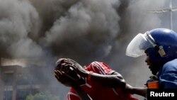 Бурунди президенті Нкурунзизаның үшінші мерзімге сайлауға түсу туралы шешіміне наразылық акциясына қатысушыны полиция ұстады. 13 мамыр 2015 жыл.