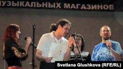 """""""Маша и медведи"""" тобы ән айтып тұр. Әнші Мария Макарова сол жақта. Астана, 31 наурыз 2012 жыл."""