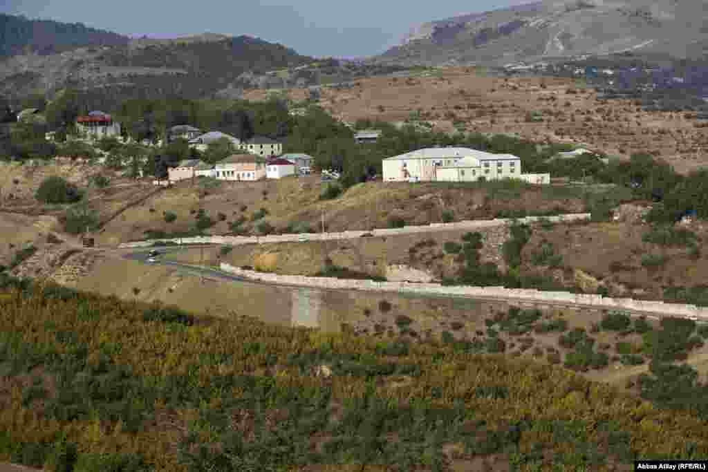 Aşıqlar kəndi Göygölün turizm mərkəzi olan Hacıkənd, Toğanalı kəndlərinə, həmçinin Göy Göl və Maral gölə gedən yolun üzərində yerləşir.