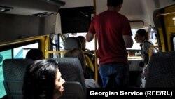 Каждое лето жители Тбилиси, пользующиеся общественным транспортом, сталкиваются с одной и той же проблемой: водители маршрутных такси крайне редко включают кондиционеры