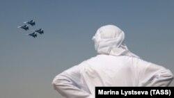 Bărbat admirând un show aviatic