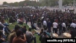 """""""Bunyodkor"""" stadioni oldida chipta kutayotgan futbol ishqibozlari"""