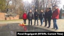 Жители Алматы, пришедшие почтить память погибших в пожаре в Астане пяти детей одной семьи. 8 марта 2019 года.