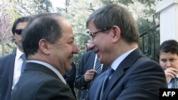 وزير الخارجية التركي أحمد داودأوغلو يستقبل بالأحضان رئيس إقليم كردستان العراق مسعود بارزاني
