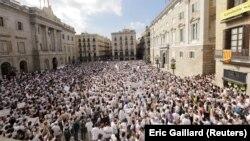 Архива - Демонстранти на плоштадот во Барселона. 07.10.2017