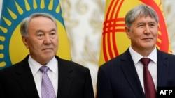 Қырғызстан президенті Алмазбек Атамбаев (оң жақта) пен Қазақстан президенті Нұрсұлтан Назарбаев.