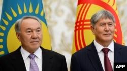 Президент Казахстана Нурсултан Назарбаев (слева) и президент Кыргызстана Алмазбек Атамбаев. Минск, 10 октября 2014 года.