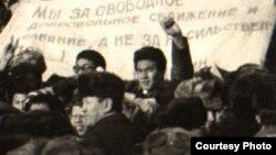 Участники демонстрации 17 декабря 1986 года против советской кадровой политики, стоят на центральной площади Алматы. Фотокопия снимка из Центрального архива кинофотодокументов и звукозаписей.