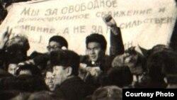 1986 жылы желтоқсанда Алматыдағы Брежнев алаңына шеруге шыққандар. Алматының орталық мемлекеттік мұрағатындағы сурет.