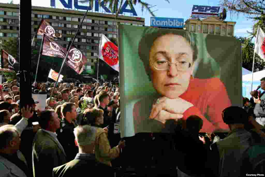 Hundreds of mourners rallied in Moscow on October 8 to honor her memory. Her unflinching coverage of the Chechen war had also earned Politkovskaya much praise abroad, and candlelight vigils in her honor were held across the world. (photo: RFE/RL, Dmitry Borko)