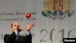 Rumen Radev la o conferință de presă la Sofia prînzînd un măr aruncat de un ziarist