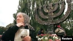 Дора Шкурович у мемориала в Бабьем Яре вспоминает своих близких, расстрелянных в 1941 году