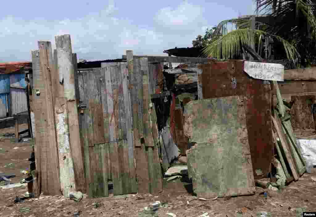 Прыбіральня ў Абіджане, Кот-д'Івуар. Надпіс зьлева: «Чужым карыстацца забаронена».