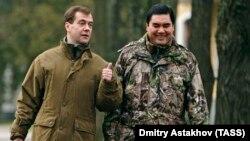 Dmitry Medvedev (solda) və Gurbanguly Berdimuhamedov - foto 2009-cu ildə çəkilib