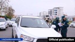 Сотрудники МВД Узбекистана проверяют автомобили граждан.