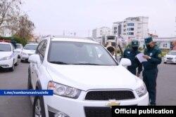 Наманган ИИВ машиналарни текширмоқда, автотранспорт воситалари ҳаракати 30 март чекланган