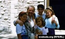 Івонка Сурвіла зь дзецьмі з чарнобыльскіх раёнаў. Канада, 1992 г.