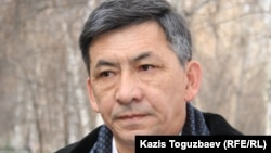 Адвокат Мустахим Тулеев возле Бостандыкского районного суда. Алматы, 22 декабря 2006 года.