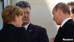 Президент України Петро Порошенко (посередині), канцлер Німеччини Анґела Меркель і Володимир Путін (праворуч), Франція, 6 червня 2014 року