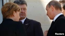 Петро Порошенко, Анґела Меркель і Володимир Путін сьогодні у Франції