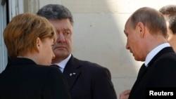 Президент України Петро Порошенко, президент Росії Володимир Путін (праворуч) і канцлер Німеччини Анґела Меркель, Франція, 6 червня 2014 року