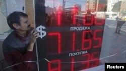 В целом с начала августа курс рубля к доллару снизился почти на 19%. Для сравнения, в декабре прошлого года - на 9%, в январе - на 22%.