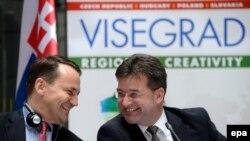 Радослав Сікорський (л) і голова МЗС Словаччини Мірослав Лайчак (п) на прес-конференції «Вишеградської групи» в Будапешті, 24 лютого 2014 року