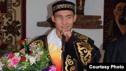 Боксер Канат Ислам в казахском национальном костюме.