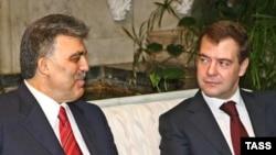 Президент России Дмитрий Медведев (справа) и президент Турции Абдулла Гюль в Москве, 13 февраля 2009 года