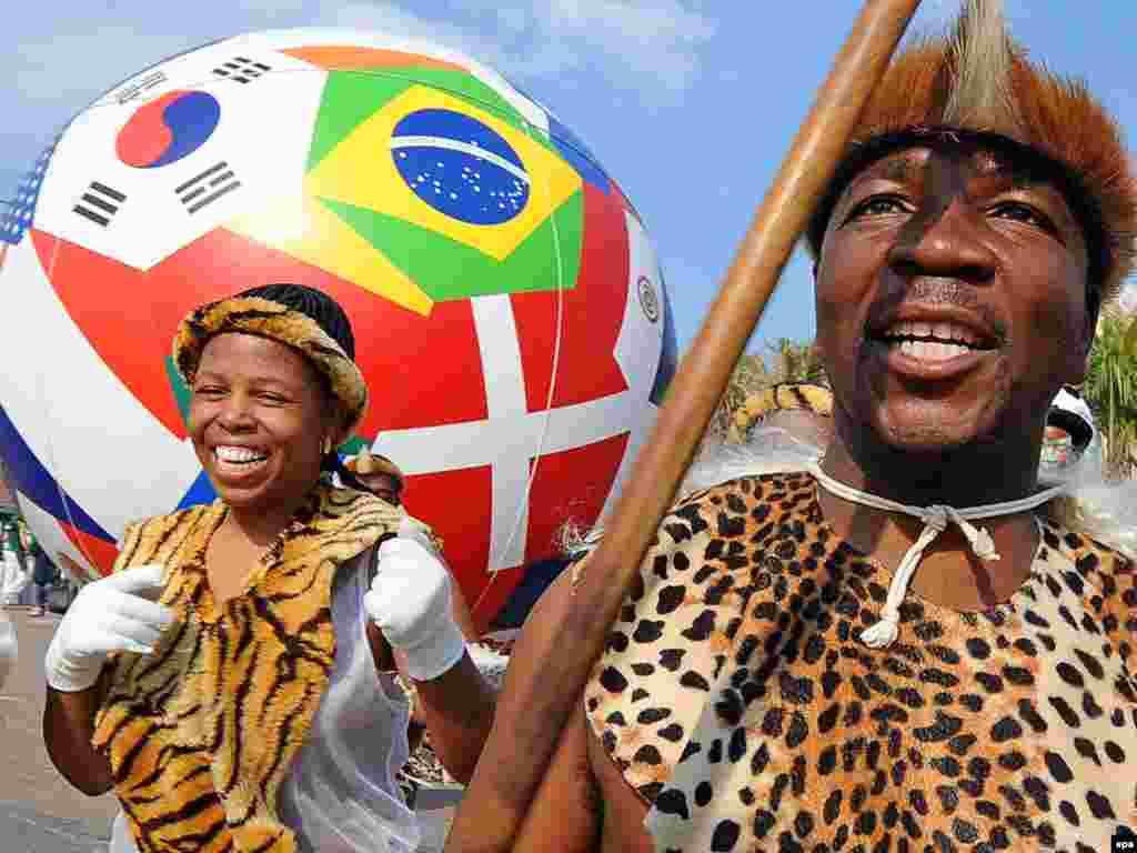 ქუჩის მსვლელობა ქალაქ დურბანში - მსახიობები ზულუს ტომის სამოსში გამოწყობილან - 11 ივნისს სამხრეთ აფრიკის ქალაქ იოჰანესბურგში საზეიმოდ გაიხსნა მსოფლიოს მე-19 საფეხბურთო ჩემპიონატი. დედამიწის 32 საუკეთესო გუნდი ჩაება პლანეტის უმნიშვნელოვანეს სპორტულ პაექრობაში, რომლის გამარჯვებული ზუსტად ერთ თვეში - 11 ივლისს გამოვლინდება.