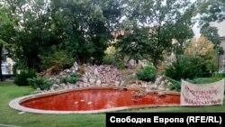 Водата във фонтана в Докторската градина осъмна оцветена в червен цвят