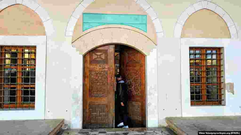 Головний вхід в мечеть