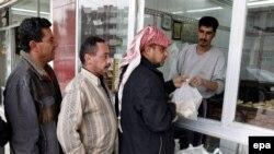 عراقيون يصطفون أمام فرن ببغداد