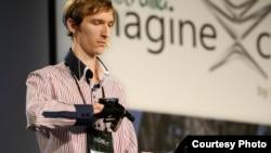 Член донецької команди quadSquad демонструє унікальний пристрій EnableTalk, здатний розшифровувати мову глухонімих