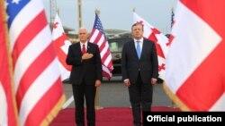 Вице-президент США Майк Пенс (слева) и премьер-министр Грузии Георгий Квирикашвили. Тбилиси, 31 июля 2017 года.